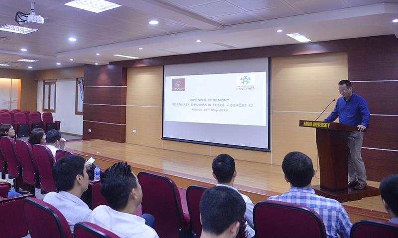 Q.Trưởng phòng Quản lý Đào tạo Nguyễn Tiến Dũng công bố Quyết định trúng tuyển tại buổi Lễ khai giảng